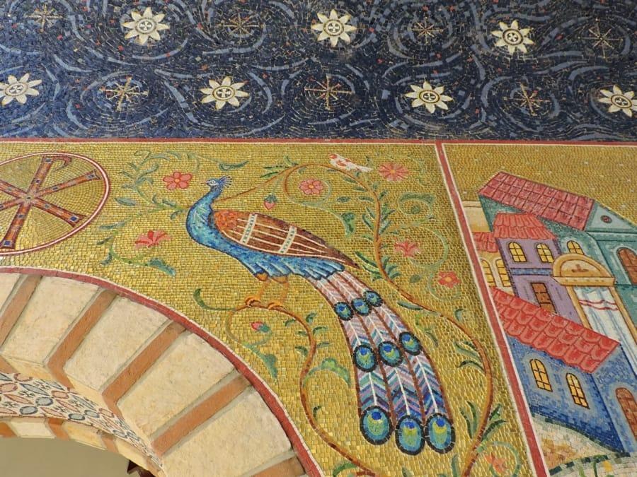 Mosaico con un pavone tra i simboli cristiani