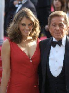 Valentino, il decano degli stilisti italiani famosi nel mondo, con Liz Hurley (foto di Georges Biard via Wikimedia Commons)