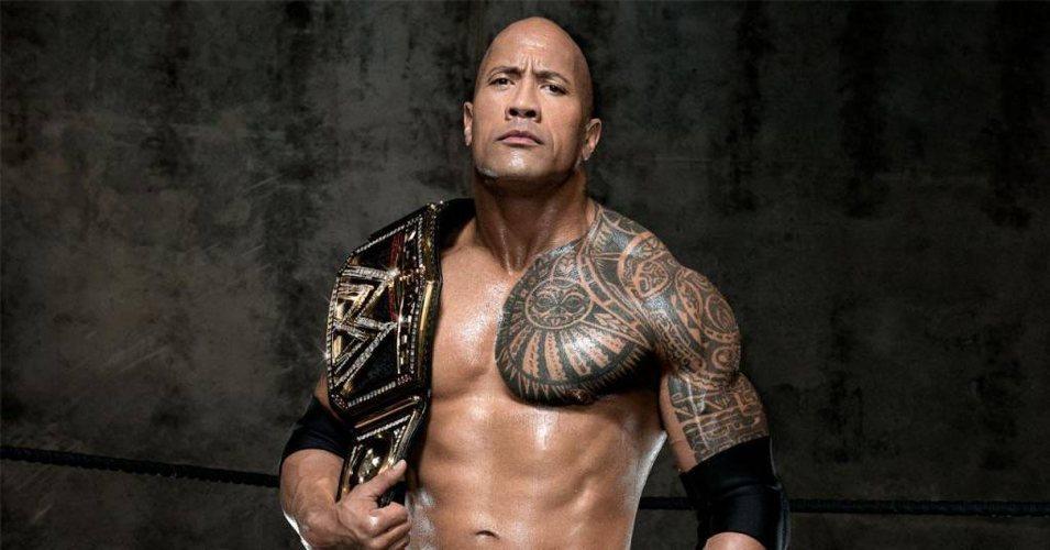 Dwayne Johnson alias The Rock, wrestler e attore di origini samoane, con uno dei suoi tatuaggi maori