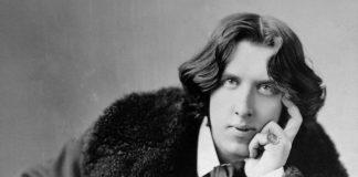 La più famosa foto di Oscar Wilde, grande autore di frasi e aforismi (oltre che di romanzi e opere teatrali)