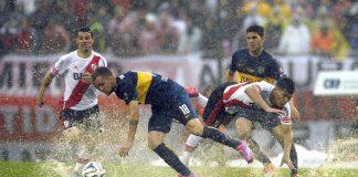 Una fase di Boca Juniors-River Plate, il derby più sentito tra squadre del campionato argentino di calcio