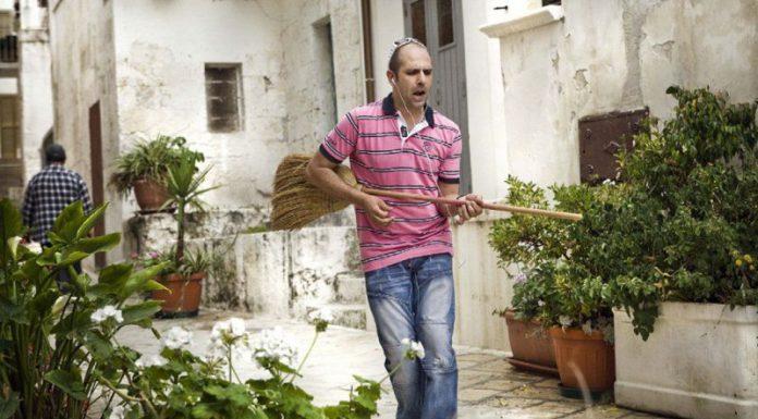 Checco Zalone produce ormai da anni canzoni demenziali di enorme successo, spesso cantate nei suoi film