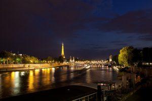 La romantica Parigi di sera, mentre le luci si specchiano sulla Senna