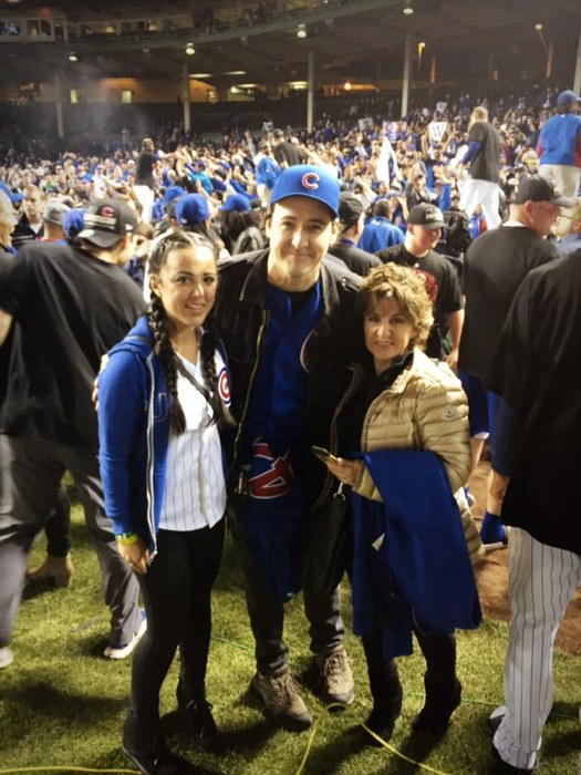 John Cusack con delle fan a una partita dei Chicago Cubs