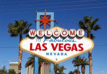 Il celebre cartello che dà il benvenuto ai visitatori di Las Vegas e delle sue variegate attrazioni e cose da vedere