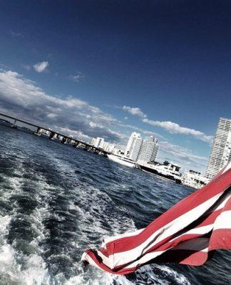 La bandiera a stelle strisce che sventola su molte delle città americane