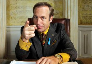 Bob Odenkirk interpreta Saul Goodman, personaggio di Breaking Bad che è anche diventato protagonista di uno spin-off