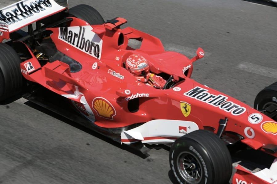 Michael Schumacher a bordo della sua Ferrari nel 2006 (foto di Polmars via Wikimedia Commons)