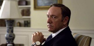 Frank Underwood guarda direttamente in camera, infrangendo la quarta parete