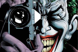 """Il Joker della copertina di """"The Killing Joke"""", con lo sguardo rivolto verso il lettore per superare la quarta parete"""