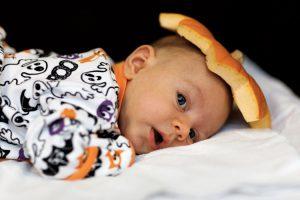 Anche i bambini piccoli possono festeggiare Halloween sfruttando le fasce e i marsupi porta bebè del babywearing