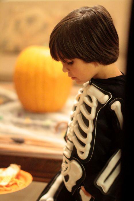Un costume da scheletro (foto di Parker Knight via Flickr)