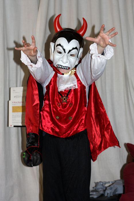 Un piccolo vampiro pronto per Halloween (foto di Dark Dwarf via Flickr)