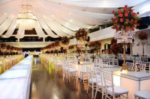 Una sala pronta per il ballo scolastico