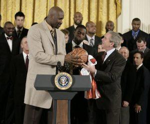 Shaquille O'Neal in visita con i Miami Heat alla Casa Bianca all'epoca della presidenza di George W. Bush