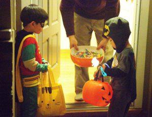 Due bambini vestiti da Batman e Robin intenti a fare dolcetto o scherzetto la notte di Halloween (foto di George Ruiz via Flickr)