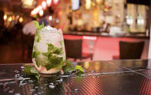 Il Mojito è forse il più famoso tra i cocktail di cui vi proponiamo la ricetta