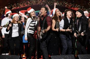 Bruce Springsteen mentre canta Santa Claus Is Coming to Town al Saturday Night Live assieme a Paul McCartney