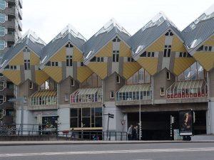 Case cubiche di Piet Blom a Rotterdam (foto di Hasan Sami Bolak via Wikimedia Commons)