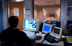 Un tecnico durante un esame di risonanza magnetica, uno dei più importanti per prevenire l'ischemia miocardica