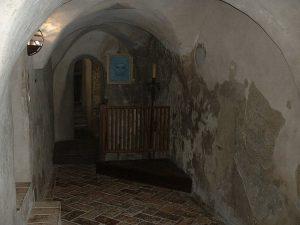Gli interni del castello di Montebello, dove si narra che si aggiri il fantasma di Azzurrina (foto di Roberto Reggi via Wikimedia Commons)