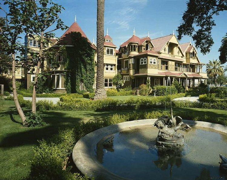 La Winchester Mystery House in California, una delle più celebri case infestate del mondo