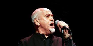 Peter Gabriel mentre canta alcune delle sue canzoni più famose al Skoll World Forum del 2011