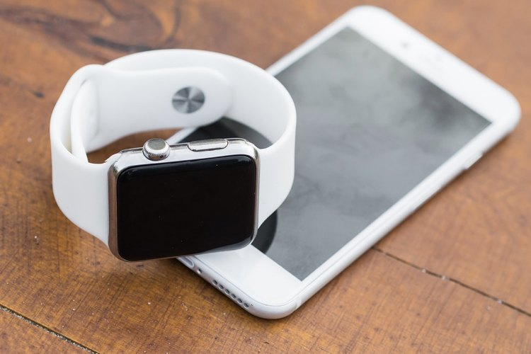Un Apple Watch di fianco a un iPhone