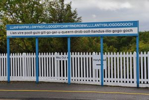 Il cartello ferroviario di Llanfairpwllgwyngyllgogerychwyrndrobwllllantysiliogogogoch, una delle città dal nome più strano del mondo