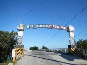 Il ponte d'ingresso della città di Sasmuan (foto di Ramon FVelasquez via Wikimedia Commons)