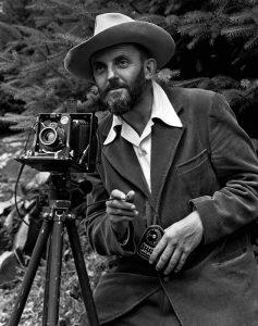 Ansel Adams con la sua inseparabile macchina fotografica