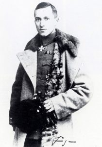 Ernst Jünger in uniforme con le sue decorazioni di guerra