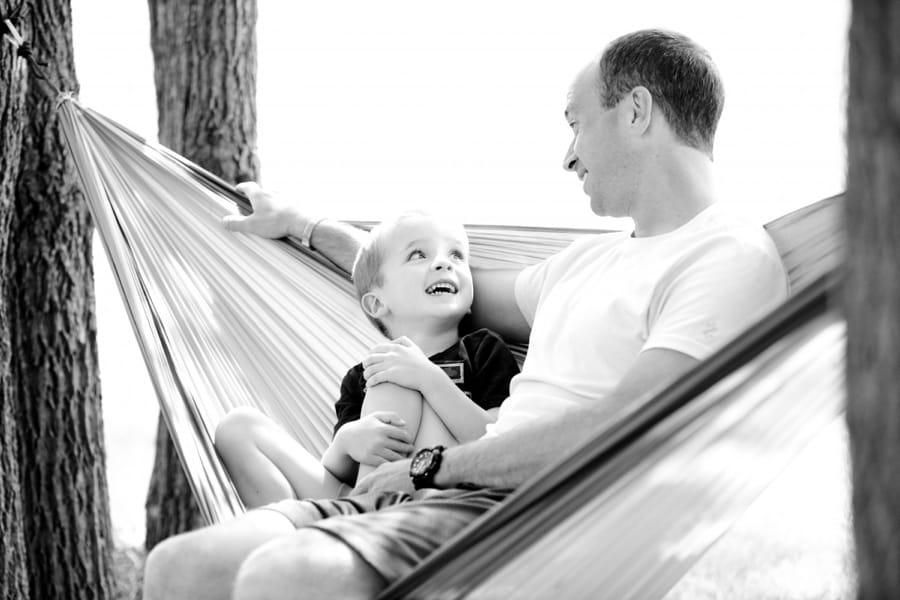 Padre e figlio sull'amaca