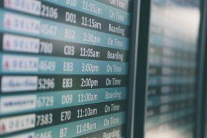 Il tabellone dei voli in partenza