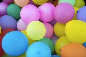 I palloncini possono diventare molto originali se sotto ci si attacca una fotografia