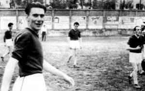 Un giovane Beppe Fenoglio durante una partita di calcio