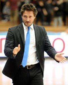 Gianmarco Pozzecco ai tempi in cui allenava l'Orlandina (foto di Niccolò Caranti via Wikimedia Commons)