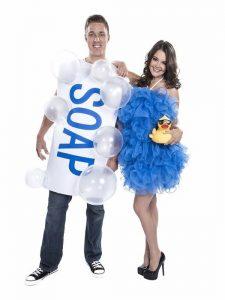 Spugna e saponetta, un costume di coppia per un Carnevale pulito