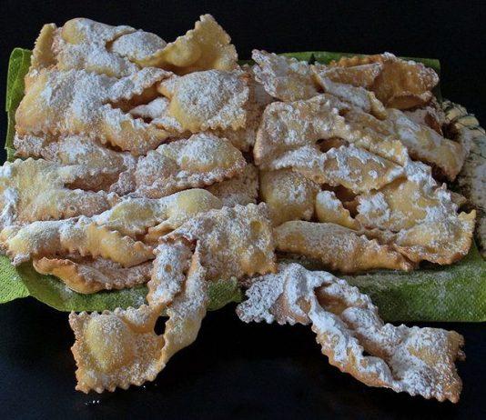 Chiacchiere, crostoli, frappe, bugie... comunque le vogliate chiamare, uno dei più famosi dolci di Carnevale fritti