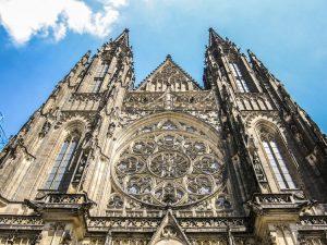 La facciata della Cattedrale di San Vito, uno dei luoghi di interesse più rilevanti di Praga