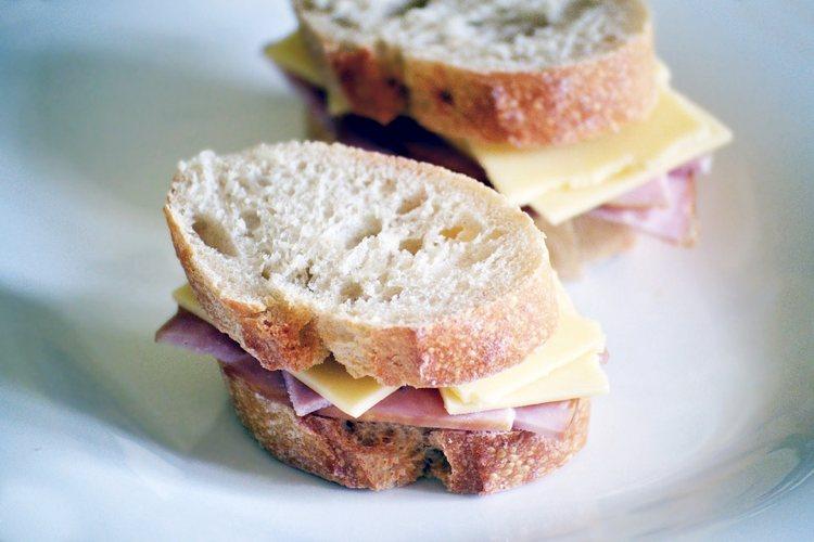 Un semplice sandwich al prosciutto e formaggio