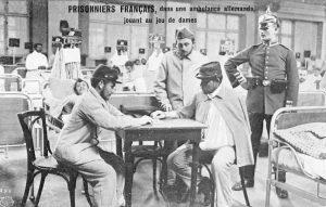 Prigionieri di guerra francesi intenti a giocare a dama durante la Prima guerra mondiale