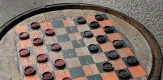 Un gioco della dama all'italiana allestita su un barile