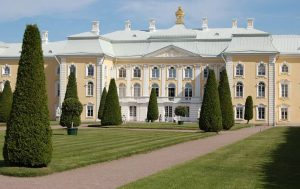 Un giardino formale alla Reggia di Peterhof, in Russia