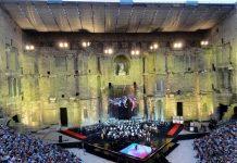 Platea e palco al Teatro Romano di Orange, in Provenza, per la Festa della musica (foto di Jean-Louis Zimmermann via Flickr)