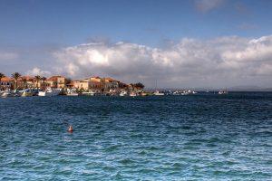 Sant'Antioco vista dal mare (foto di Roberto Ferrari via Flickr)