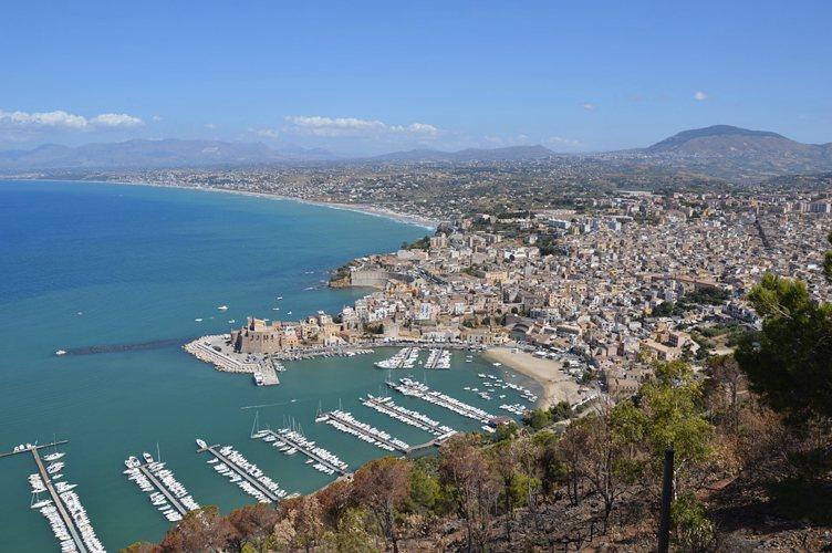 Il panorama di Castellammare del Golfo, in provincia di Trapani, nella più grande tra le isole d'Italia, la Sicilia