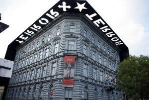 Il suggestivo esterno della Casa del Terrore a Budapest (foto di DanielWessel via Wikimedia Commons)