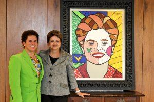 Romero Britto con l'allora presidente del Brasile Dilma Rousseff per consegnarle un suo ritratto (foto di Roberto Stuckert Filho/ PR via Flickr)