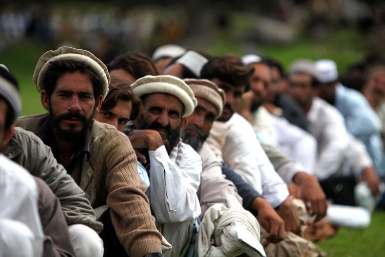 Uomini pakistani in attesa di aiuti umanitari nel nord del paese (foto di Paul Duncan dell'esercito USA)